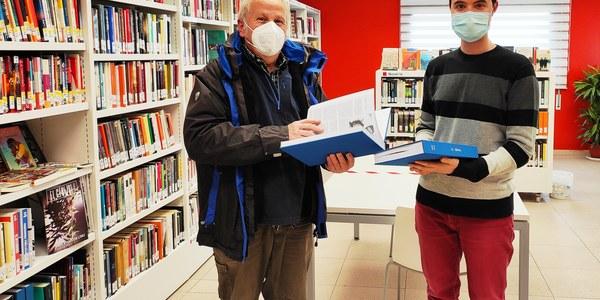 Donació volums (president del Cérvol i responsable biblioteca)